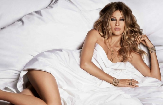 gisele-bundchen-bed-vivara-jewelry-2015-ads02